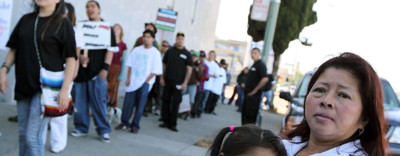 Ese cambio en la demografía estadounidense responderá a dos tendencias clave: por un lado, el aumento de la población hispana, que aumentará de 53.3 millones en la actualidad a 128.8 millones en 2060 y, por otro, el descenso de la población blanca tanto en número total como en porcentaje.
