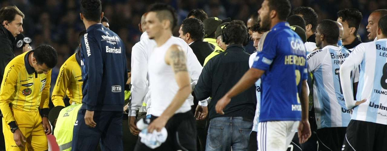 Not too long ago, on November 15, 2012, a quarter-final matchup in this same tournament between Millonariosand Gremio ended with protests of players and coaches of the Brazilian squad and resulted in one of the referees on the floor, the victim of an aggression.