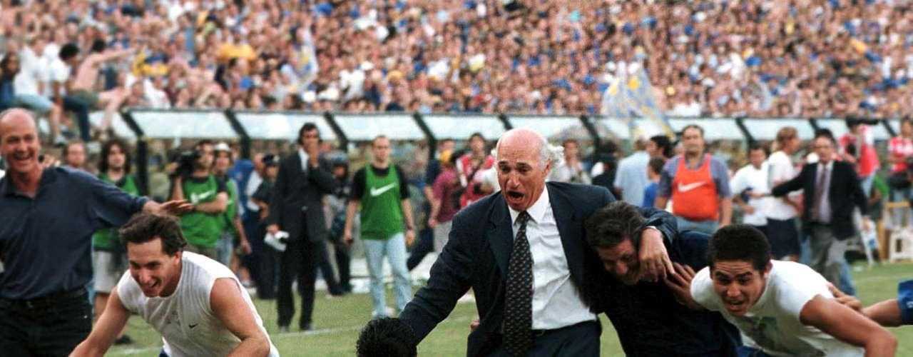 El festejo de Boca luego de coronorse campeón del torneo Apertura 2000