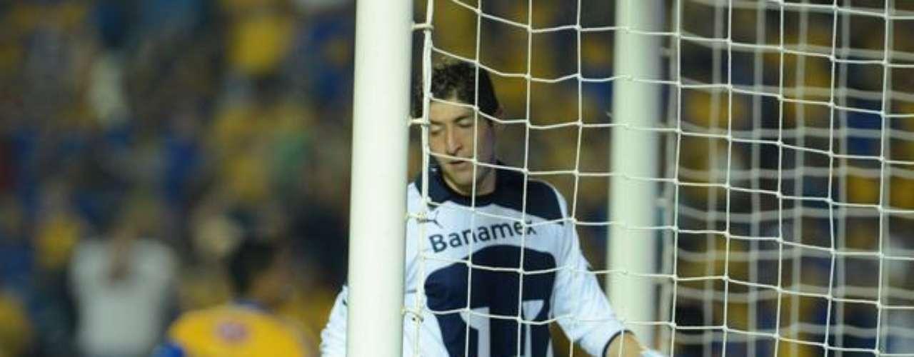 La temporada de Pumas en general fue para el olvido y para el portero Alejandro Palacios fue una pesadilla, uno de sus peores partidos fue en la jornada 14 al recibir cinco goles sin respuesta por parte de Tigres, pero por lo menos en tres cometió errores imperdonables. En el segundo le pasó el balón por debajo de las piernas; en el tercero se le fue a primer poste un disparo chorreado de Acosta; y en el cuarto, intentó cortar un centro de Luis García y le dejó la pelota a Alberto Acosta.