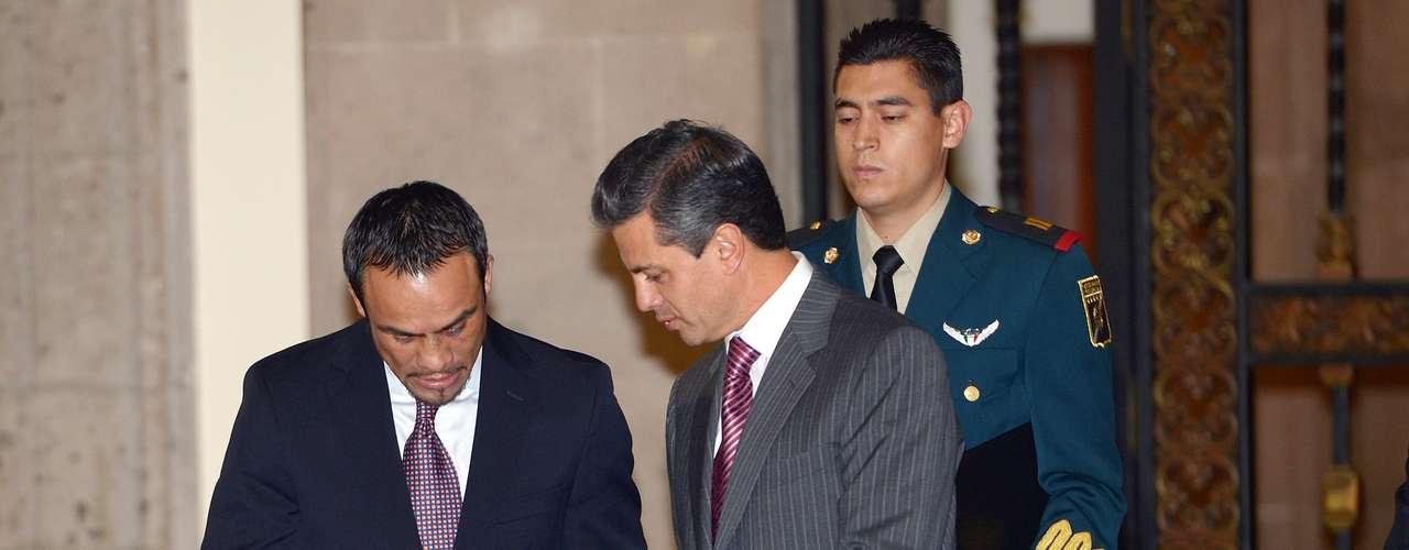 Juan Manuel Márquez quien el sábado pasado noqueó de manera contundente al filipino Manny Pacquiao, hizo entrega de los guantes con los que peleó esa noche, al Presidente de México Enrique Peña Nieto, en una ceremonia realizada en el Palacio Nacional de la ciudad de México.