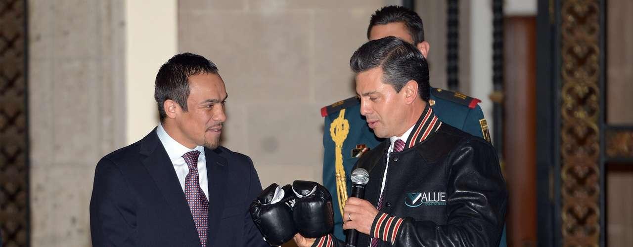 Peña Nieto por su parte, recibió con agrado los guantes autografiados del boxeador mexicano.