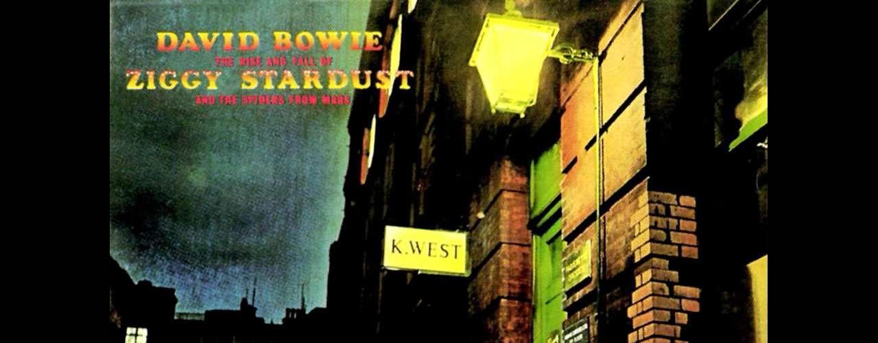 'The Rise and Fall of Ziggy Stardust and the Spiders from Mars', de David Bowie, es el disco con el que surge la figura de Ziggy Stardust , el andrógino ser creado por Bowie con el que alcanzó el éxito durante su época glam rock en los años setenta. El disco fue estrenado en julio de 1972 y ha sido influencia de muchas bandas a lo largo de varias décadas.