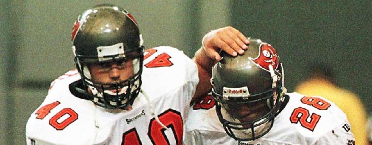 Mike Alstott (izquierda) y Warrick Dunn se unieron durante cuatro temporadas en el backfield de Tampa Bay, donde Dunn fue nombrado Novato Ofensivo del Año y un jugador de Pro Bowl en dos ocasiones, mientras que Alstott llegó al Pro Bowl en seis ocasiones. Dunn firmó con Atlanta como agente libre en 2002, pero Alstott estaba con el equipo cuando ganó el Super Bowl esa temporada.