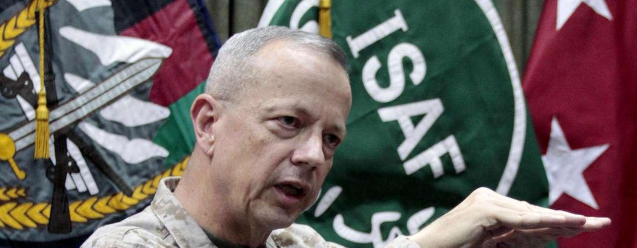 El FBI descubrió en su investigación que el jefe de las tropas de la OTAN en Afganistán, general John Allen, tuvo \