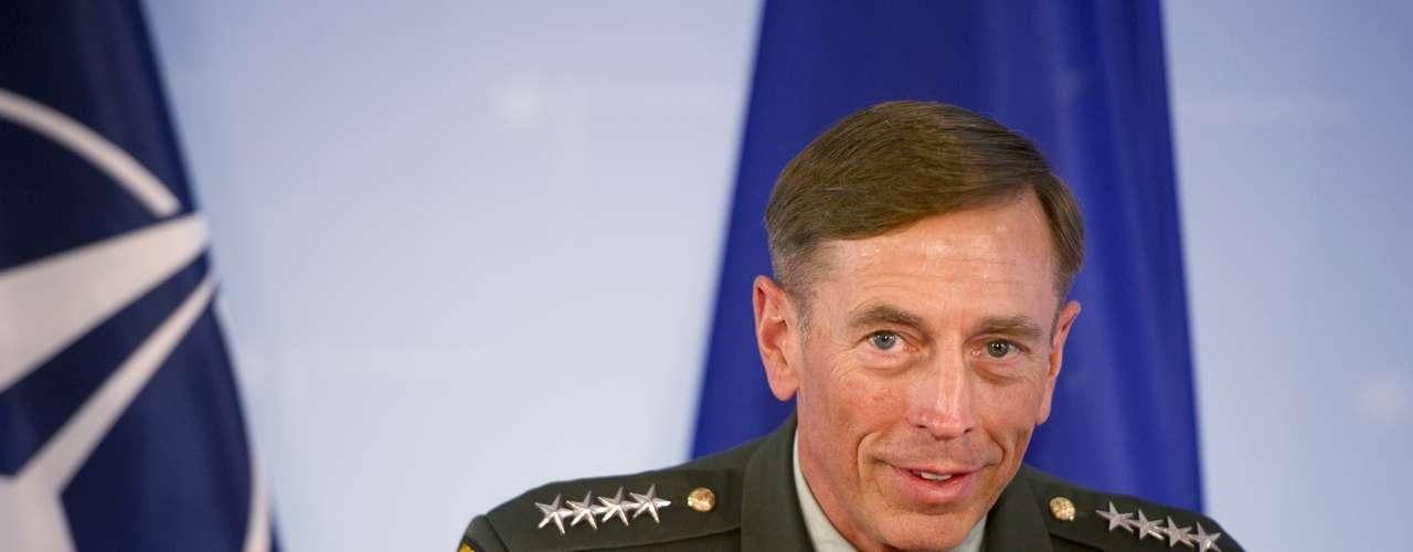 La inesperada dimisión por adulterio del director de la CIA, David Petraeus, sacudió en 2012 la política en EE.UU. y descabezó esa agencia de inteligencia en unmomento difícil mientras se investiga el ataque al consulado estadounidense en Bengasi que mató al embajador y a otros tres funcionarios.