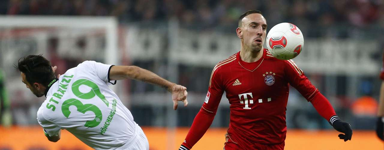 Bayern Munich's Franck Ribery (R) fights for the ball with Borussia Monchengladbach's Martin Stranzl. REUTERS/Dominic Ebenbichler