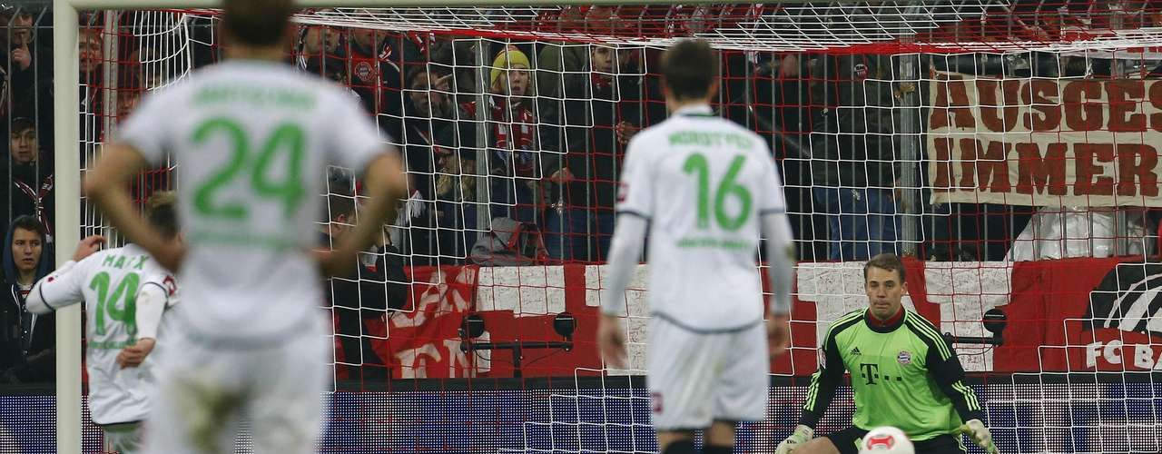 Borussia Monchengladbach's Thorben Marx (L) scores a penalty past Bayern Munich's Manuel Neuer. REUTERS/Dominic Ebenbichler