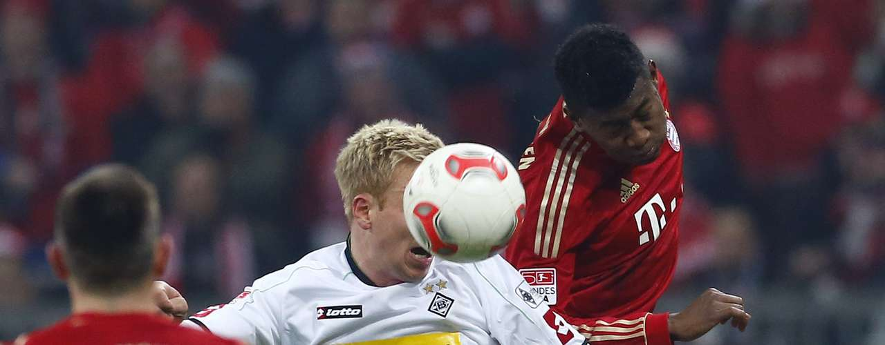 Alaba (R) fights for the ball with Hanke. REUTERS/Dominic Ebenbichler