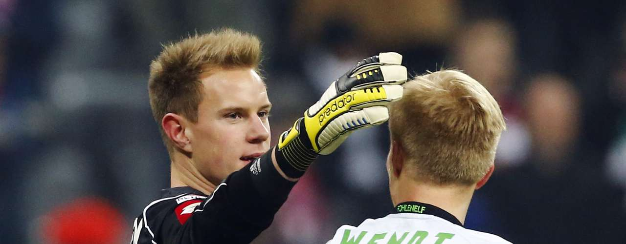 Monchengladbach's Stegen (L) reacts with teammate Oscar Wendt. REUTERS/Dominic Ebenbichler