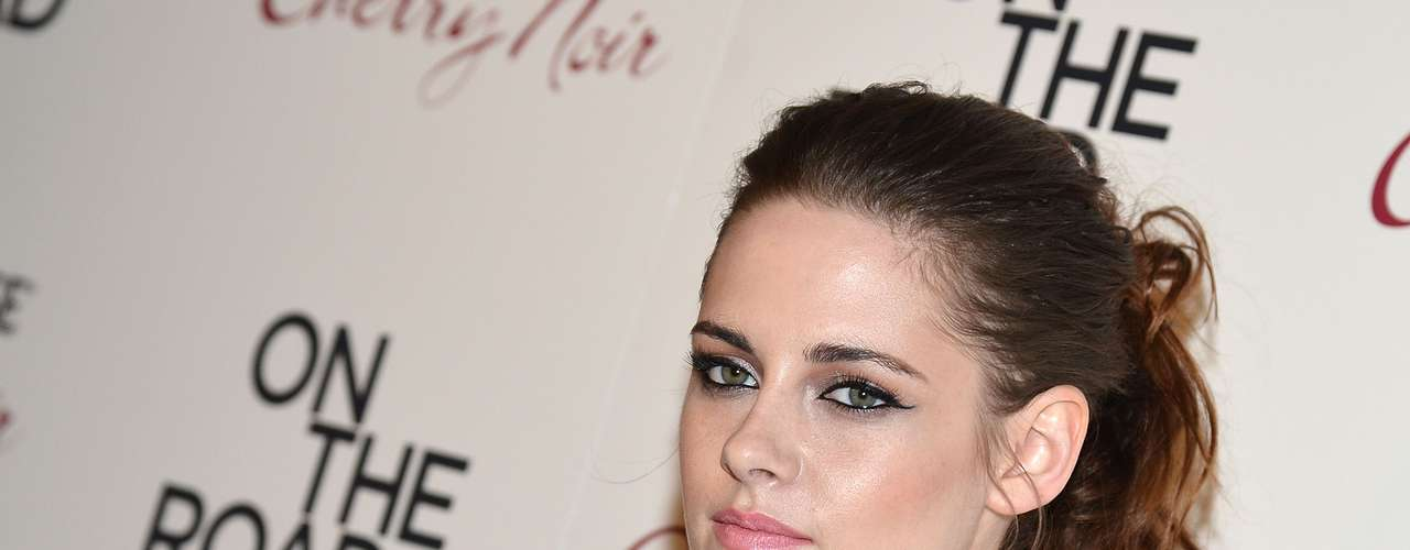 Stewart kept her makeup clean with pink lipstick and bold, black eye liner to accentuate her eyes.