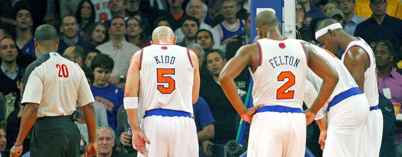 Lakers vs. Knicks: Jason Kidd (5), Raymond Felton y demás compañeros observan a Carmelo Anthony en el suelo.