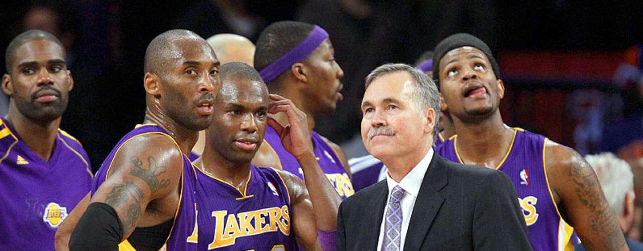 Lakers vs. Knicks:Kobe Bryant, Jodie Meeks y el head coach Mike D'Antoni observan el marcador en el Madison Square Garden.