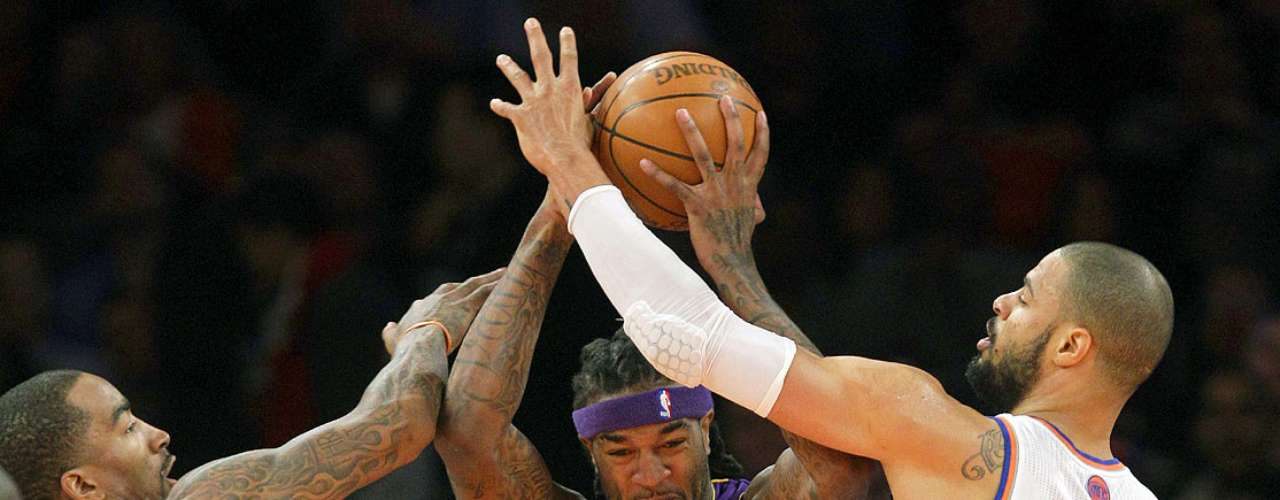 Lakers vs. Knicks: J.R. Smith (8) y Tyson Chandler (6) intentan robar el balón a Jordan Hill (27).