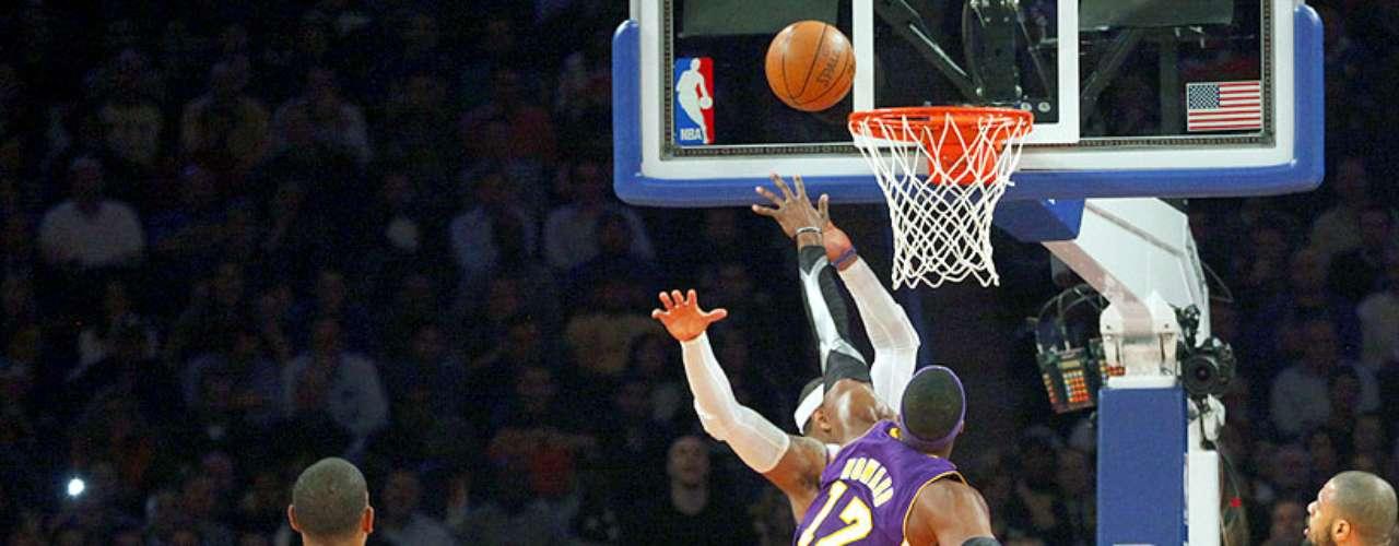 Lakers vs. Knicks: Chris Duhon (21) observa el choque entre Dwight Howard (12) y Carmelo Anthony. \