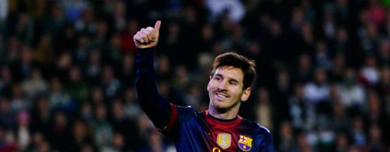 En el futbol, Lionel Messi se robó nuevamente los reflectores. El delantero argentino apenas superó el récord de anotaciones en un año rebasando Gerd Müller, quien tenía 85 tantos. Ahora la 'Pulga', a falta de dos juegos por disputar en este 2012, suma 88 'dianas'. En enero fue ganador del Balón de oro y se perfila de nuevo para revalidarlo. En el plano personal, se estrenó como papá y todo apunta que el 2013 puede ser otro periodo grande para el ya considerado por muchos, el mejor futbolista en la historia.