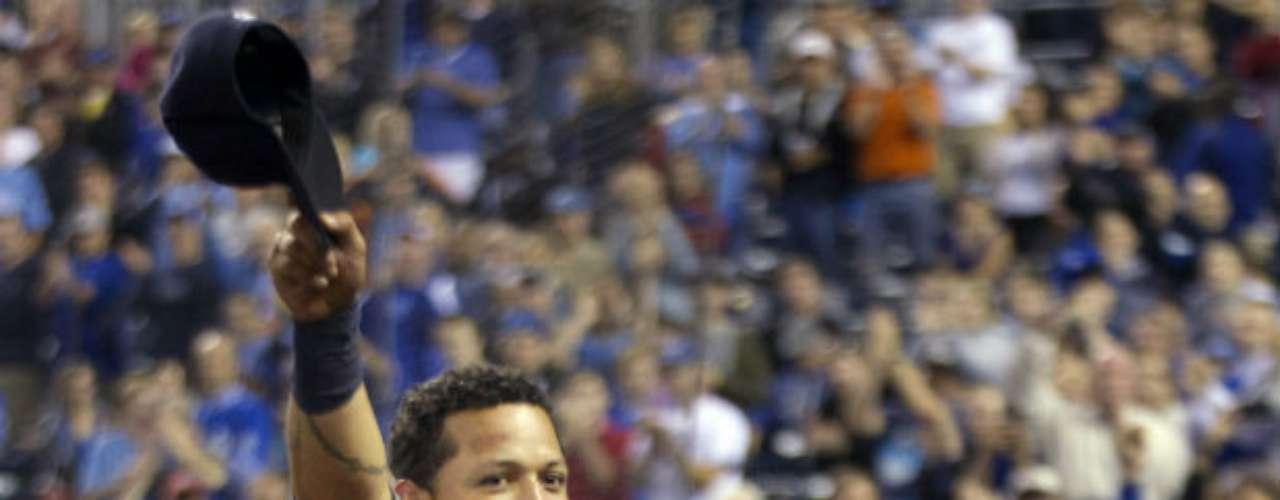 Quizá no pudo ganar la Serie Mundial con Detroit Tigers, pero lo que hizo el pelotero Miguel Cabrera en la 'gran carpa' fue una hazaña. El venezolano ganó la triple corona de bateo de la Liga Americana, convirtiéndose en el primer jugador latinoamericano en conquistar dicha hazaña en la historia del beisbol estadounidense. El tercera base de Detroit fue líder en promedio (.330), jonrones (44) y carreras empujadas (139). En la historia de 143 años de beisbol de Grandes Ligas, la triple corona solo se había conseguido 15 temporadas y por 13 peloteros distintos, los cuales todos están en el Salón de la Fama.