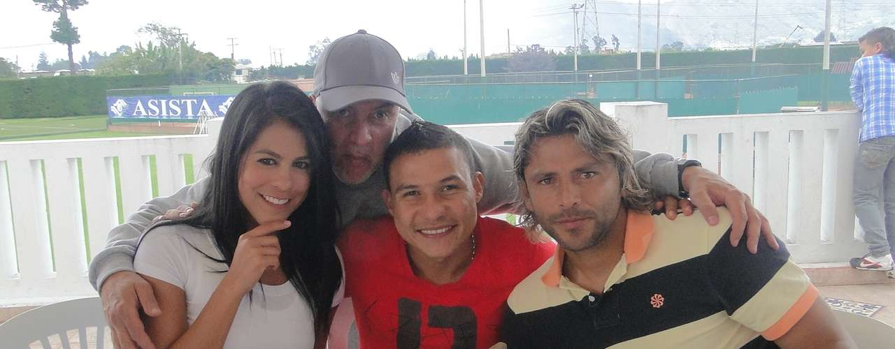 Angélica Camacho 'La Hinchada', Edgar Cortes (directivo), Luis Carlos Arias y Gerardo Bedoya, durante el asado de despedida de año de los jugadores de Santa Fe.