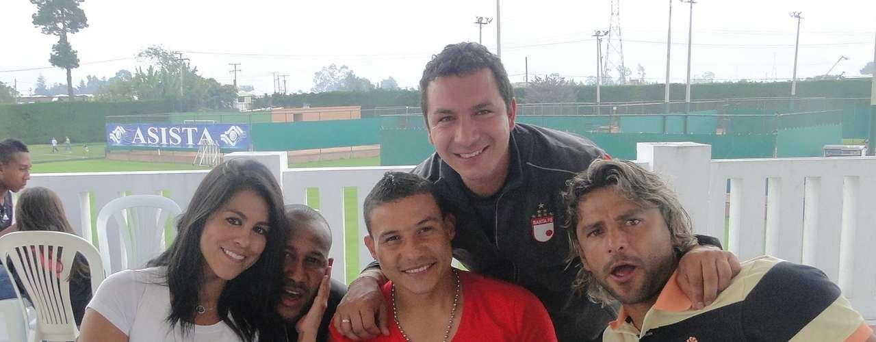 Angélica Camacho 'La Hinchada', Agustín Julio, Luis Carlos Arias, William Torres (utilero) y Gerardo Bedoya, durante el asado de despedida de año de los jugadores de Santa Fe.