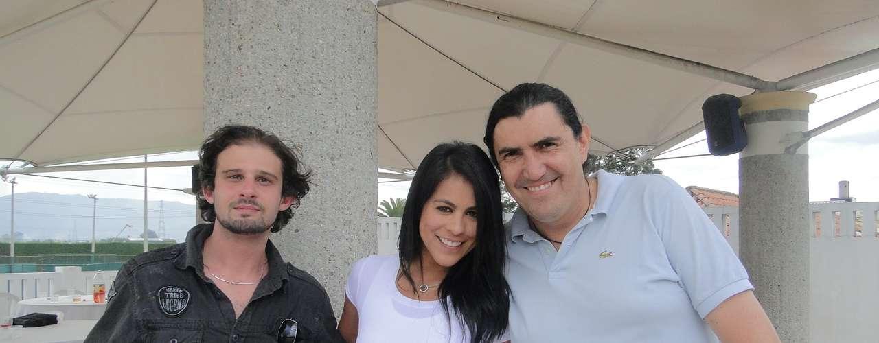 Angélica Camacho 'La Hinchada' junto a los integrantes de Locos de Asar, organizadores de los asados de Independiente Santa Fe.