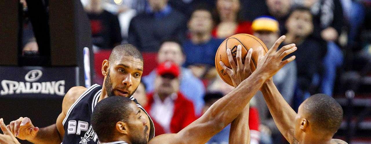 Spurs vs. Trail Blazers:Damian Lillard intenta un disparo ante la marca de Gary Neal (14)y Tim Duncan.