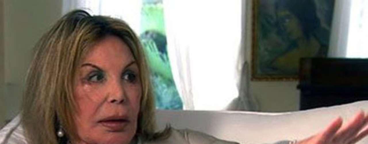 Elsa Patton, del show Real Housewives of Miami. Esta mujer es millonaria, pero podría hacer mucho dinero también interpretando a un mutante o a un personaje de terror. Nuestro regalo seria un ticket a Los Angeles para que los estudios de cine la contraten. No requiere maquillaje adicional, da miedo con solo mirarla