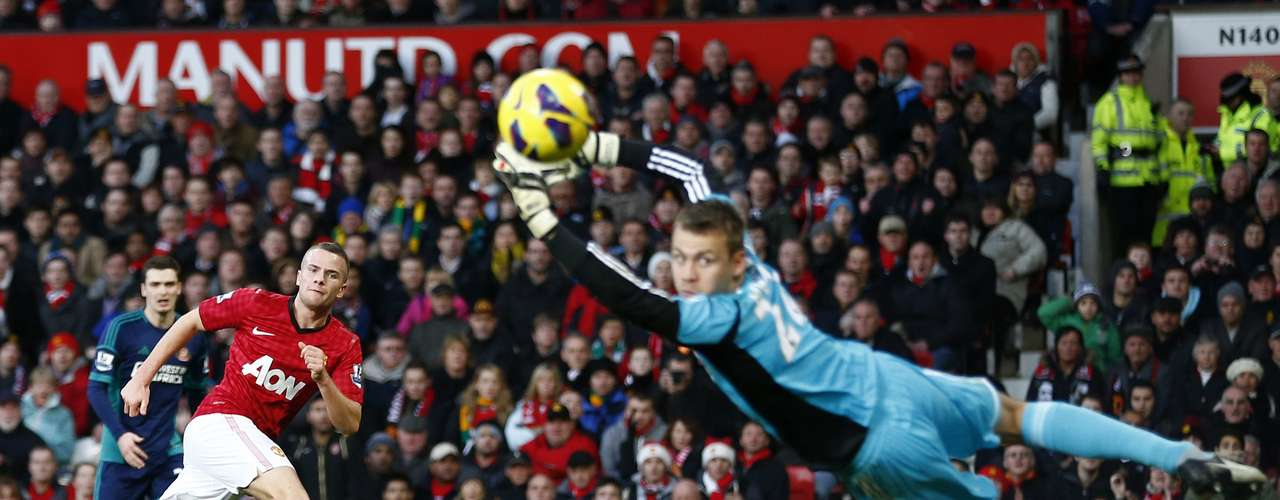 Manchester United's Tom Cleverley (L) scores past Sunderland's Simon Mignolet during their English Premier League soccer match at Old Trafford in Manchester, northern England, December 15, 2012.