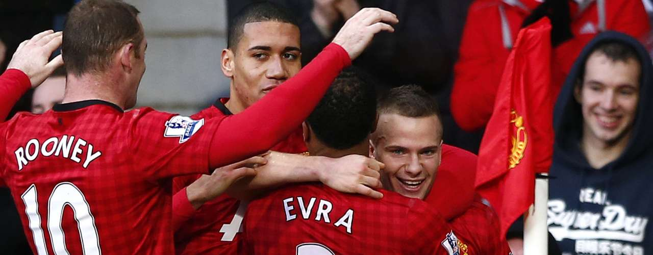 Manchester United's Tom Cleverley (R) celebrates his goal against Sunderland during their English Premier League soccer match at Old Trafford in Manchester, northern England, December 15, 2012.