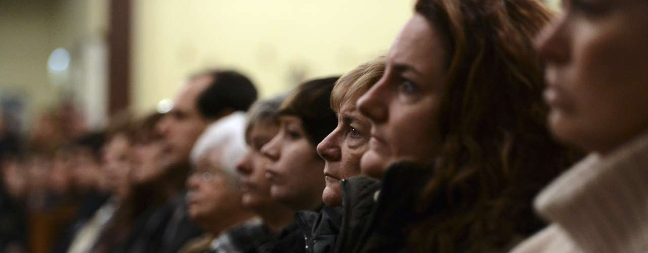 People attend a vigil service at the St. Rose of Lima Roman Catholic Church for victims of the Sandy Hook Elementary School shooting in Newtown, Connecticut, December 14, 2012. REUTERS/Andrew Gombert/Pool (UNITED STATES - Tags: EDUCATION CRIME LAW RELIGION)