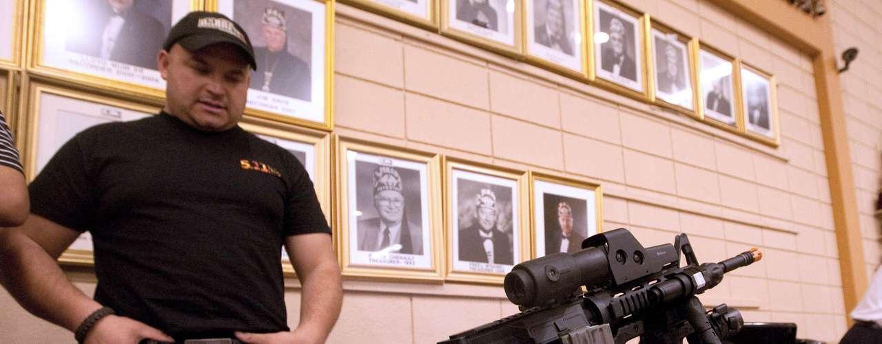 Quienes defienden el derecho al acceso a las armas se basan en lo establecido por la Segunda Enmienda que otorga el derecho a poseer armas de fuego.