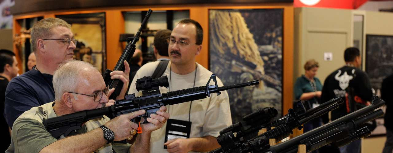 La cuestión espinosa no es tanto el derecho a poseer armas como lo es el acceso a comprar armas de grueso calibre, como los rifles de asalto o ametralladoras, como la que usó Adam Lanza en la mañana del viernes pasado.