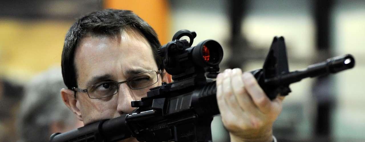 Los que defienden el derecho a poseer armas argumentan que tienen el derecho a defenderse. Y aseguran que el acceso a las armas no está relacionado directamente con el índice de homicidios. Uno de los grupos que más fuerte defiende este derecho y presiona al Congreso a que no limite el acceso a las armas es la National Rifle Association (Asociación Nacional del Rifle, NRA).