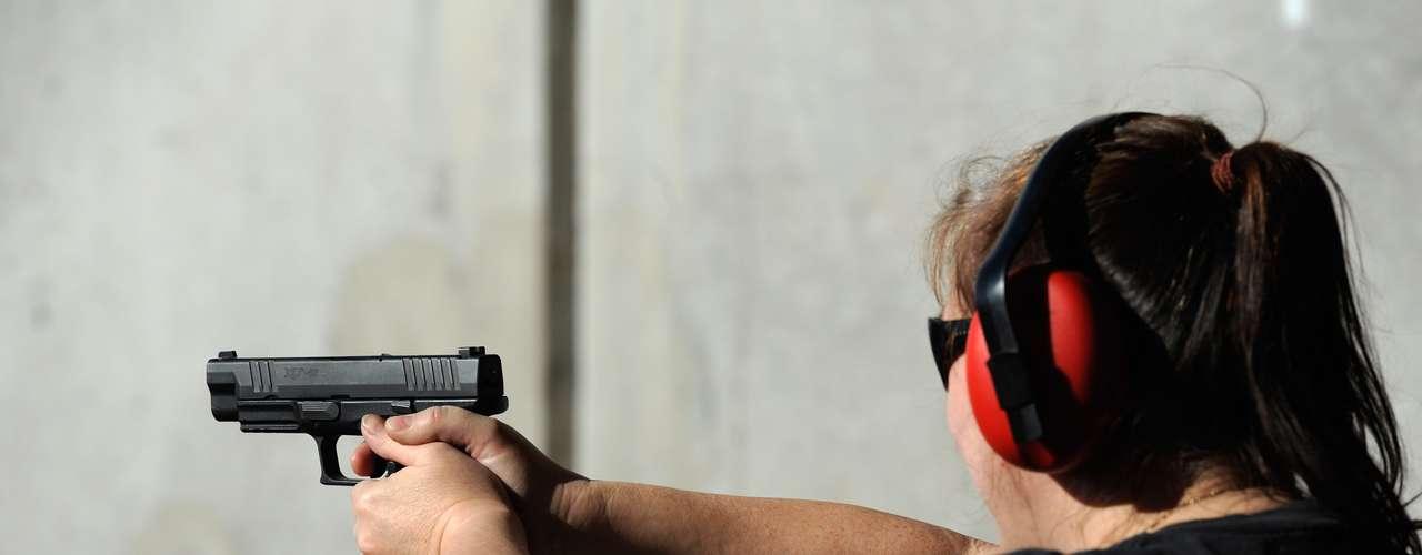 Quienes están en contra de la venta de armas, especialmente las de grueso calibre, como las que usan las fuerzas de seguridad, aseguran que la Segunda Enmienda fue escrita en 1791, cuando eran los tiempos del Lejano Oeste, cuando los hombres caminaban armados y resolvían sus disputas a los tiros.