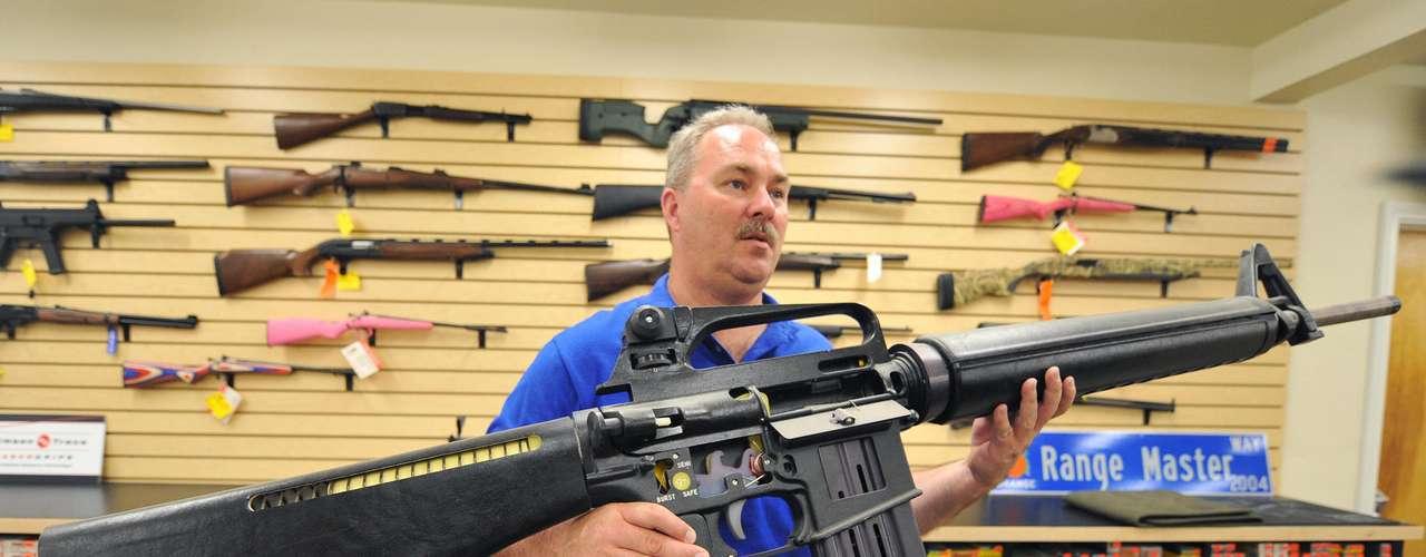 Hasta no hace muchos años, estaba en vigencia una ley que prohibía la venta de rifles de asalto de gran calibre, pero la ley no se renovó. Hoy, si bien cada estado tiene sus propias leyes, una persona cualquiera puede comprar un rifle de asalto, tras cumplir una serie de requisitos, como el chequeo de antecedentes del comprador. La persona que compra el arma debe tener al menos 21 años.
