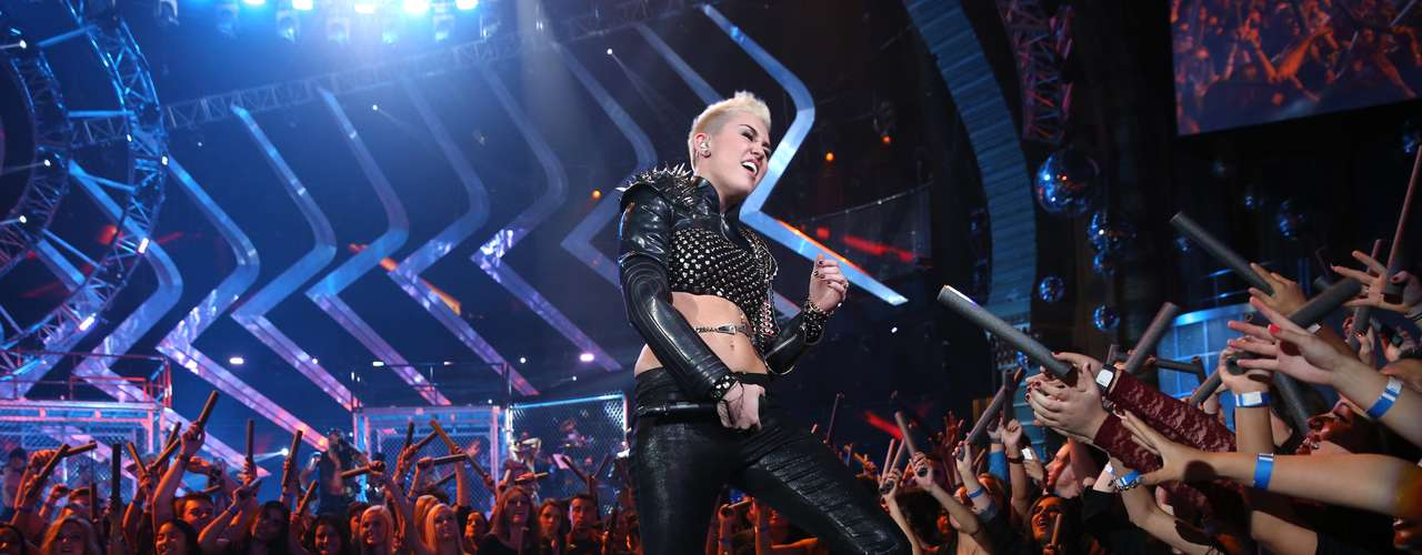 Miley Cyrus decidió acariciar las bubis de una de las integrantes de su cuerpo de baile, en medio de su presentación en el \