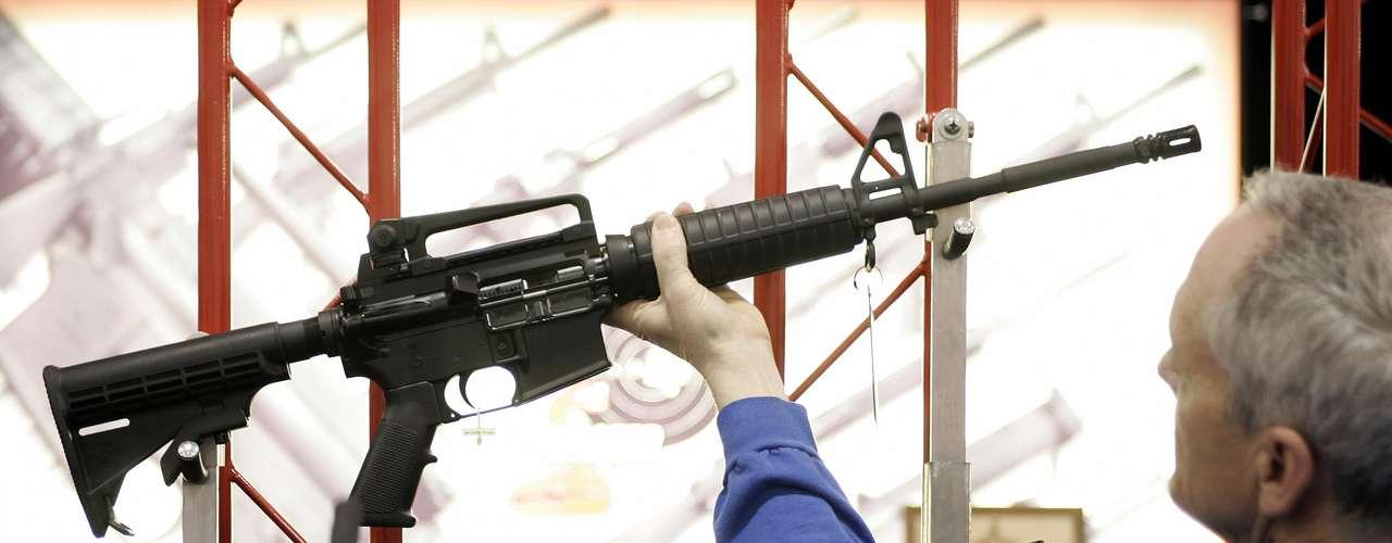 Las armas que usó Adam Lanza fueron compradas por Sandy Lanza y estaban registradas a su nombre. En Estados Unidos existen casi más tiendas de armas que supermercados.