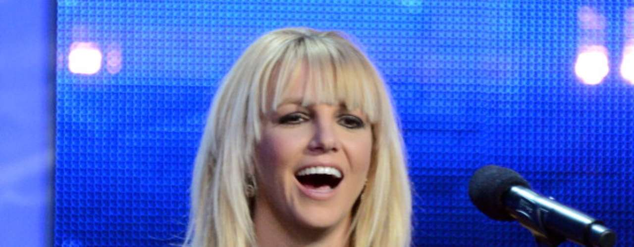 Demi Lovato y Britney Spears asistieron a la conferencia de prensa por el final de la temporada de Factor X, en CBS Television City en Los Ángeles. Mientras la ex de Joe Jonas lucía una blusa negra de seda holgada y una mini falda azteca multicolor, con zapatos de tacón negros, la princesa del pop se mostró elegante con un vestido de seda negro y escote enjoyado. Spears no ha ocultado su apoyo hacia su concursante favorita. El lunes publicó en su cuenta de Twitter: \