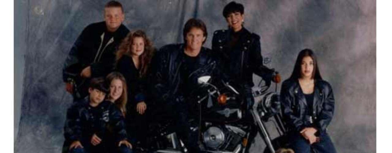 En esta ocasión el tema fue el cuero y la velocidad. La familia reunida alrededor de su Harley Davidson fue la sensación del momento. En ella los célebres hermanos Kardashian son aún unos niños