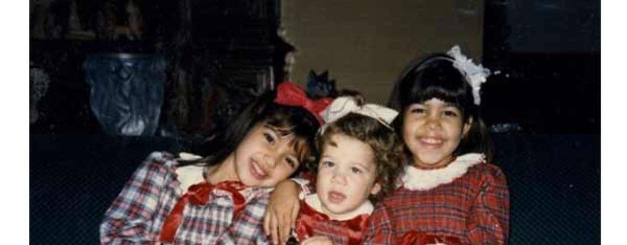 Esta fue la tarjeta de navidad de la familia Kardashian para 1985 donde Kim, Khloe y Kourtney se encuentran vestidas de cuadros.