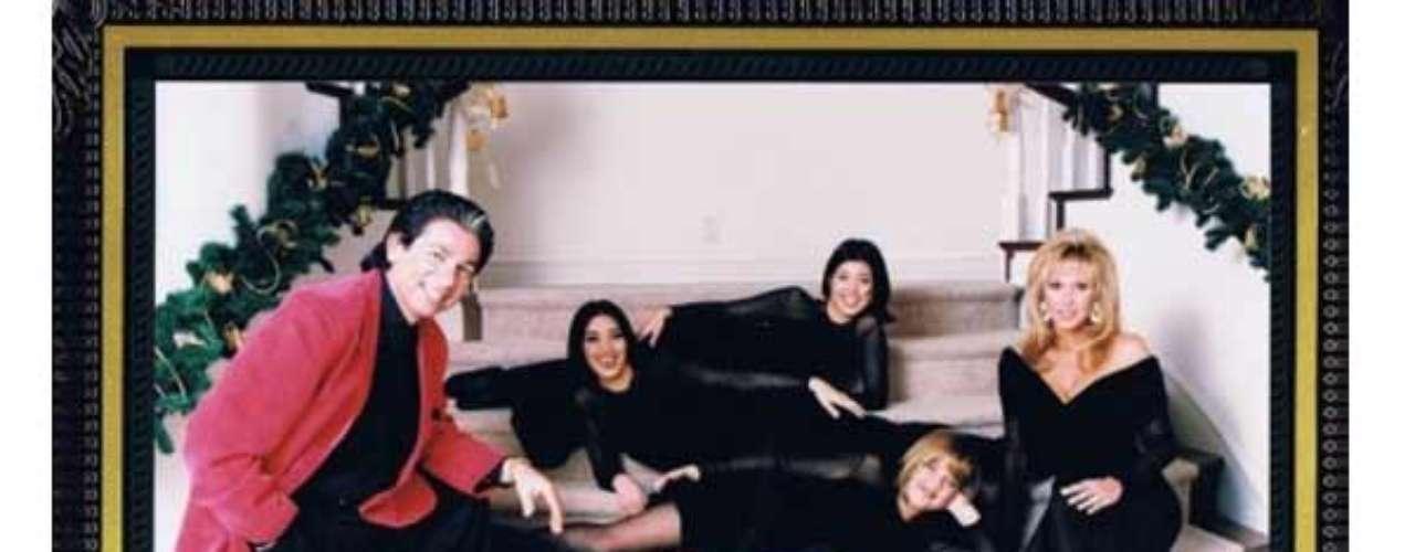 Los Kardashian reunidos en una tarjeta posando acostados sobre las escaleras de su hogar paterno. Ellas muy elegantes y sensuales en un look 'total black' mientras ellos ponen el tono de la navidad con sus trajes negros acompañados de finas chaquetas en color rojo.