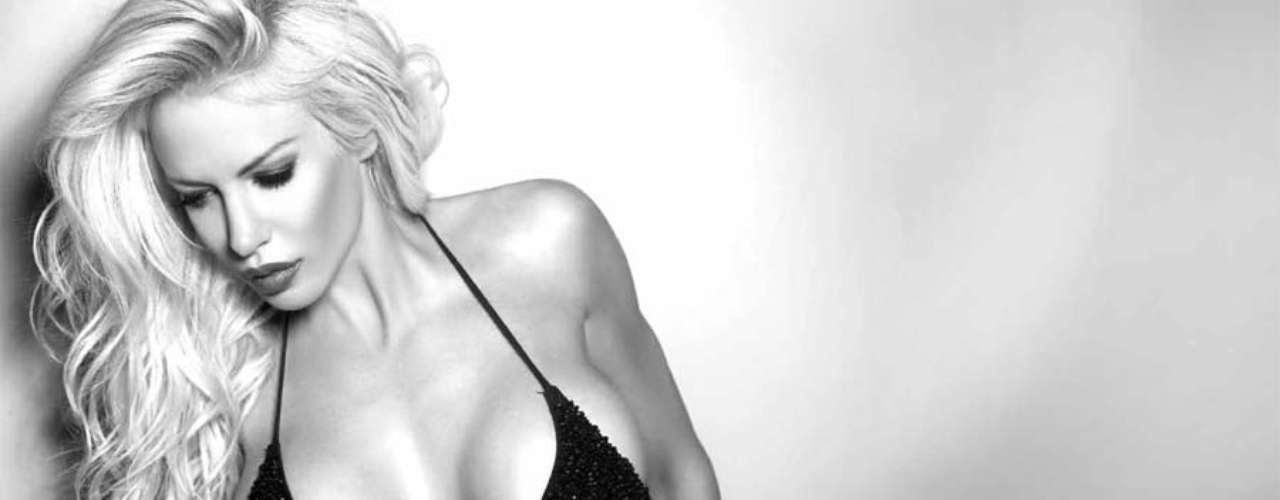 La vedette Luciana Salazar despidió el año con una muy jugada producción fotográfica para una revista, en la que se mostró con ropa interior y poses sugerentes. La mujer del economista Martín Redrado desafió a la cámara para una galería en blanco y negro que se verá en la revista SH. Mirá la galería de imágenes de una Luli impactante, sensual y con pocos colores.