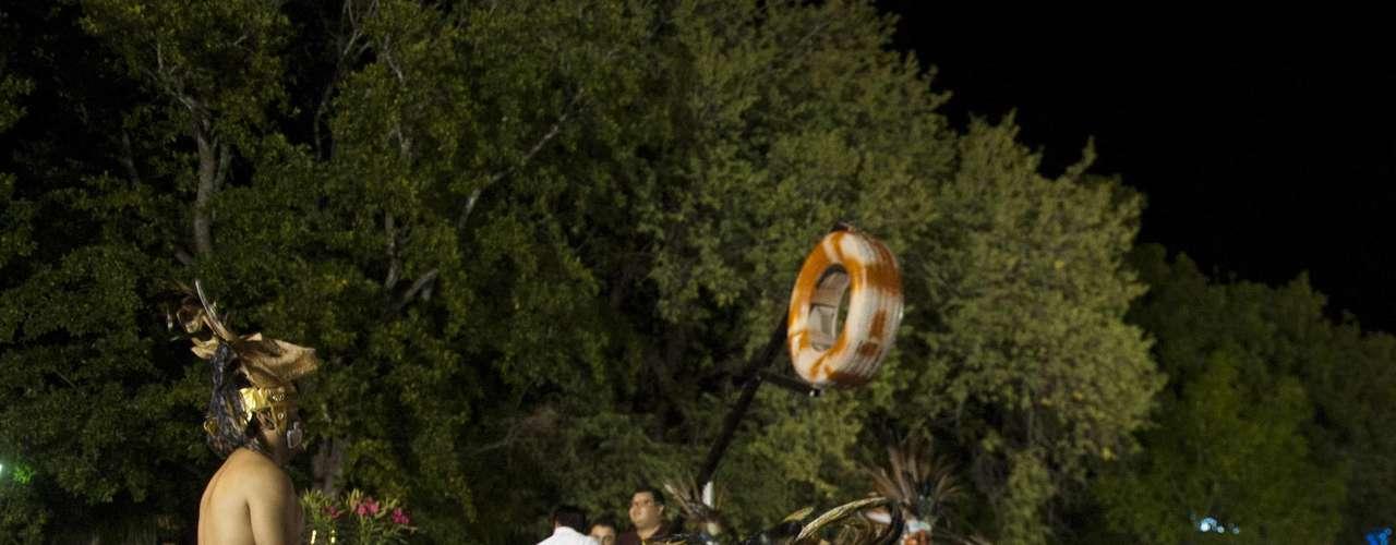 Estela 1 Cobá: Cobá, una población en el norte de Quintana Roo, México, fue alguna vez una próspera ciudad maya, y es el lugar donde se encuentra la estela 1. Este monumento con inscripciones en sus cuatro caras, cuenta los hechos de sus gobernantes. En esta piedra hay cuatro referencias a la cuenta larga de su calendario. Una de ellas es una inscripción que menciona al 21 de diciembre de 2012. No obstante, el monumento está muy dañado por lo que no se distinguen los hechos que describe posteriores a esta fecha.