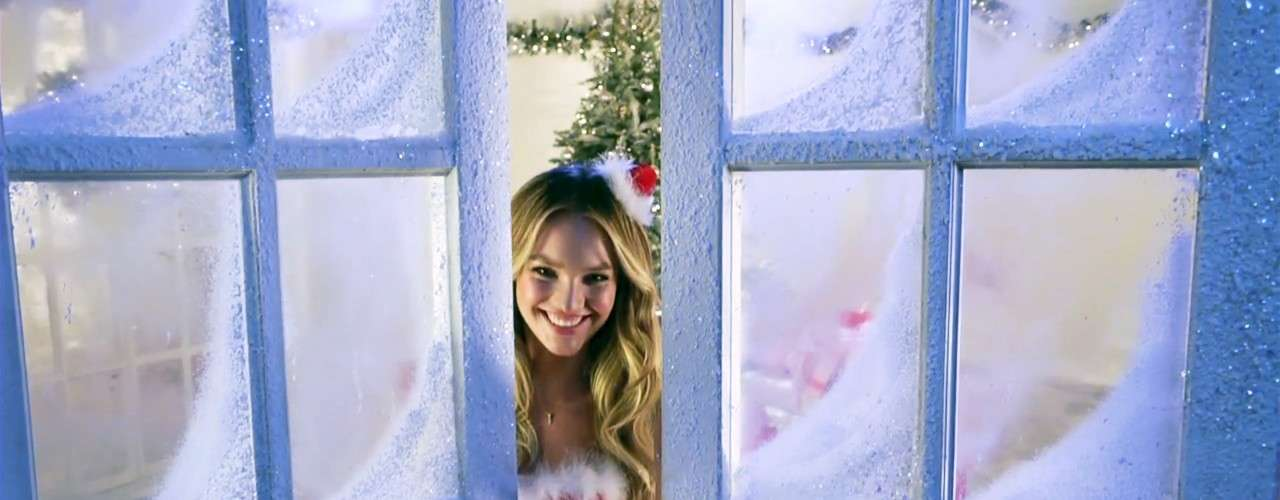 Miranda Kerr, Erin Heatherton, Candice Swanepoel, Alessandra Ambrosio, Lilly Aldrifge y Doutzen Kroes fueron las encargadas de desearle Feliz Navidad a todos aquellos que las siguen a través de sus desfiles y videos. En esta ocasión, las modelos de Victorias Secret cambiaron sus sexis conjuntos de lencería por atuendos más navideños pero igualmente atrevidos.
