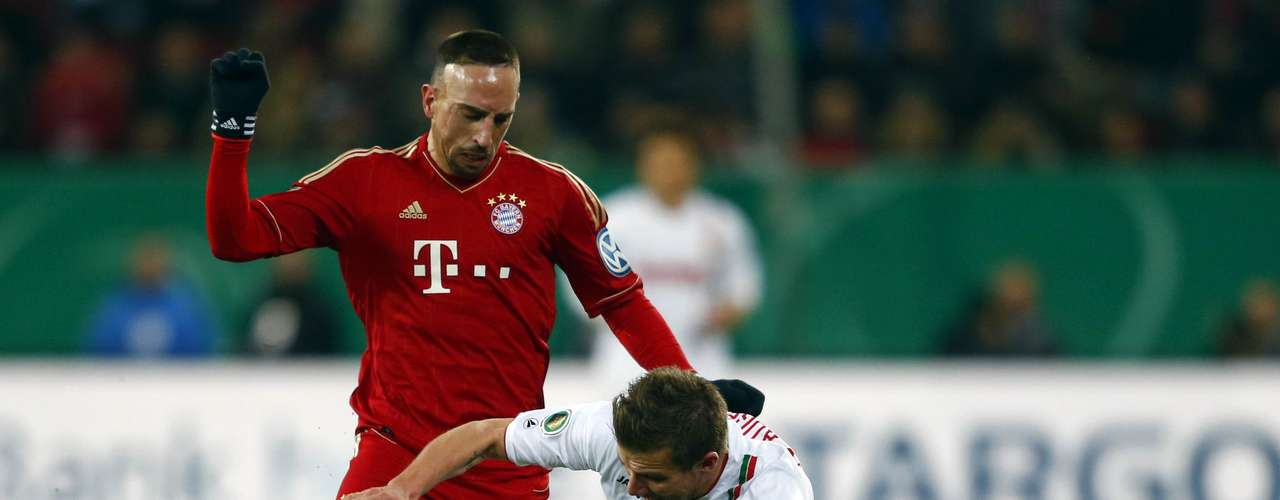 Bayern Munich's Franck Ribery (L) challenges FC Augsburg's Daniel Baier during their German DFB Cup (DFB Pokal) round of sixteen soccer match in Augsburg December 18, 2012.