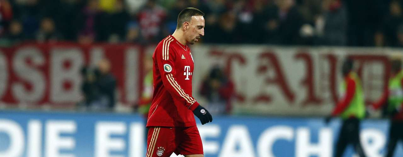 Bayern Munich's Franck Ribery leaves the field after he was shown a red card by referee Thorsten Kinhoefer during their German DFB Cup (DFB Pokal) round of sixteen soccer match in Augsburg December 18, 2012.