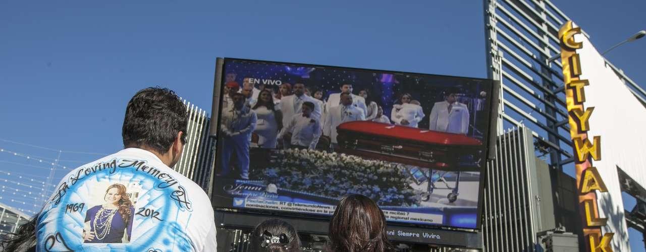 Fans y familia de Jenni Rivera llegaron al Gibson Amphitheatre para el memorial de 'La Diva de la Banda'