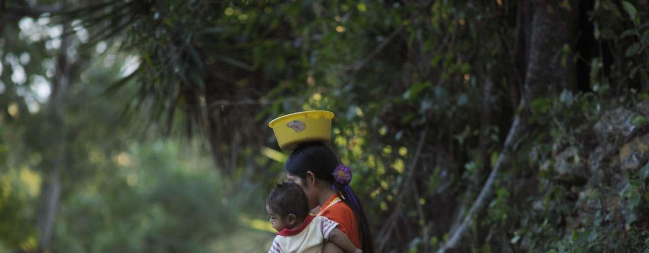 Lo cierto es que los herederos directos de la cultura maya aún existen, viviendo en las mismas tierras que sus antepasados. Muchas veces viven en condiciones de marginación y pobreza existen aun mayas lacandones, chontales y de otras tribus en el sur de México, Guatemala, Honduras y Belice.