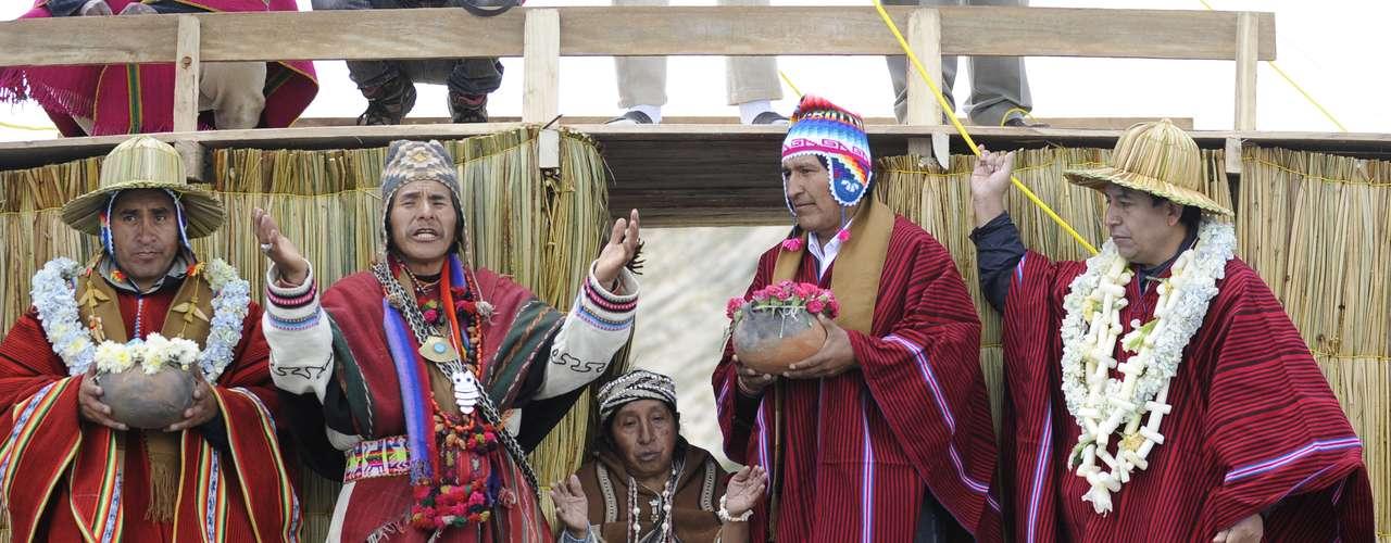 En colina de Santa Bárbara de la Isla del Sol, los sacerdotes indígenas participaron de una ceremonia de solicitud de permiso al Rey Sol (Tata Wilka) y de limpieza de todos los que asistirán a la ceremonia\