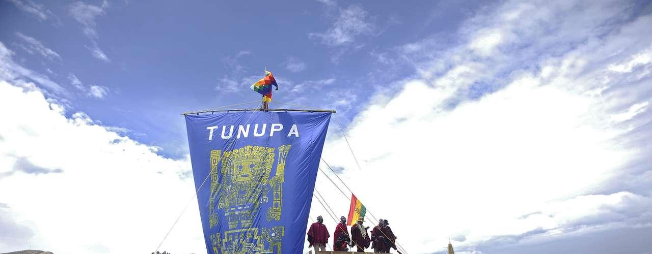 A media mañana, arribó a la isla el presidente Evo Morales, a bordo de la embarcación indígena Tunupa, una balsa de totora (juncos) de unos 15 metros de largo, construida para la oportunidad.