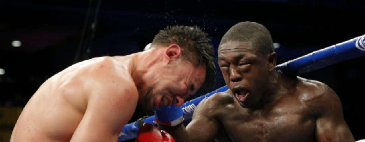 El 24 de noviembre, el estadounidense Robert Guerrero retuvo su cinturón a welter interino del CMB, tras imponerse en una auténtica batalla al peleador de origen haitiano, Andre Berto (derecha).
